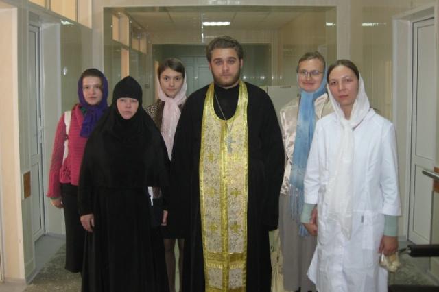 отец Андрей и сёстры милосердия